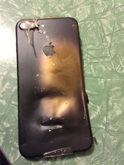 该苹果iphone 7手机屏幕和背板已经分裂开