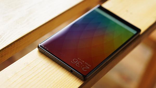 小米MIX 提到小米MIX,就不得不提它的全面屏,拿到手機的第一感覺,就是和之前上手過的其他機型感覺都不同,這款手機像是一面鏡子,頂部和左右兩側幾乎無邊框,同時底部的邊框也非常窄。在驚艷全面屏的背后,是小米MIX采用的陶瓷聲學系統、超聲波距離感應、下沉式前置相機等技術解決方案。