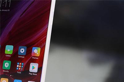 小米展示了最新的小米mix白色版全面屏手机.图片