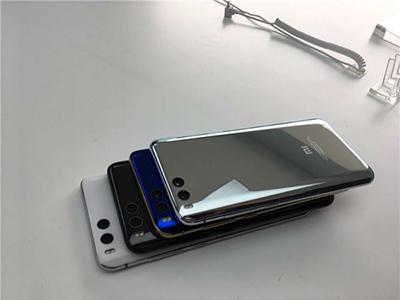 手机采用了四曲面玻璃机身,号称40道工序打造,结合不锈钢高亮边框