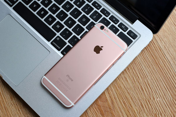 Xperia Z5和iPhone 6s之間的博弈,可以說是技術和市場驅動下產品博弈。當然,如果根據目前的市場反饋,市場驅動的iPhone 6s顯然要比Xperia Z5更受大眾的歡迎。當然,如果我們僅憑銷量就定奪iPhone 6s要比Xperia Z5好,則未免有些偏頗。盡管iPhone 6s有著較好的綜合體驗,但我們也不能忽略安卓的進步,以及Xperia Z5所具備iPhone 6s沒有的那些獨特屬性。