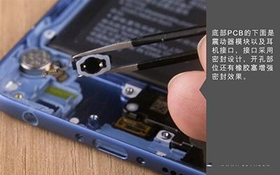 拆机第四步:拆卸主板先,需要点断开电源,也就是电池与主板的排线