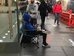 果粉热度不减!苹果零售店已有人在排队等待iPhone X开售