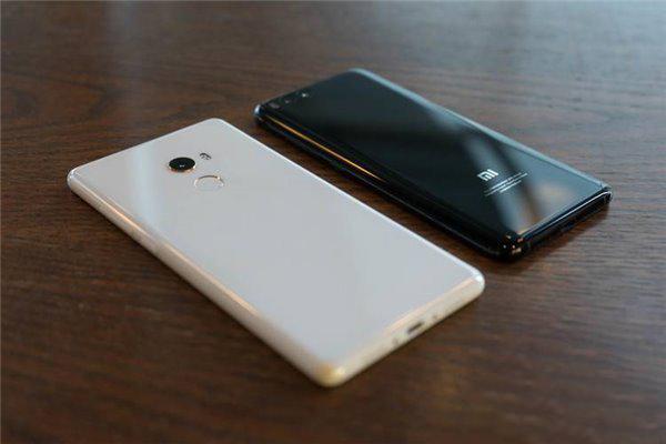 Unibody是个好设计吗?   作为iPhone 5c的拥趸,MIX 2就像是一部更完美的iPhone 5c。   当然,材质的升级让 MIX 2的手感更像是握着一块玉。在寒冷的冬天,陶瓷也不会像金属和玻璃那么冰凉。   公司的一位同事就明确表示:「手机是要拿来用的,如果一个手机的手感不好,就不配称之为手机。」   其实无论是对于用户还是对于手机的设计者来说,Unibody都是一个终极解决方案。   具体到小米MIX 2全陶瓷尊享版上,Unibody的设计不只是为了颜值的提升,也很好的解决了实用性,