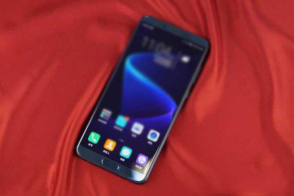 荣耀V10手机搭载麒麟970 AI芯片,高配6GB内存,支持双4G/双VoLTE,预装EMUI 8.0系统,系统响应速度提升60%,操作流畅度提升50%。这款手机还搭载5.99英寸全面屏,前置指纹识别,纤薄机身,支持人脸识别、语音交互和AI开放平台,拥有2000万+1600万后置变焦双摄,1300万前置摄像头,支持AI虚化等功能。